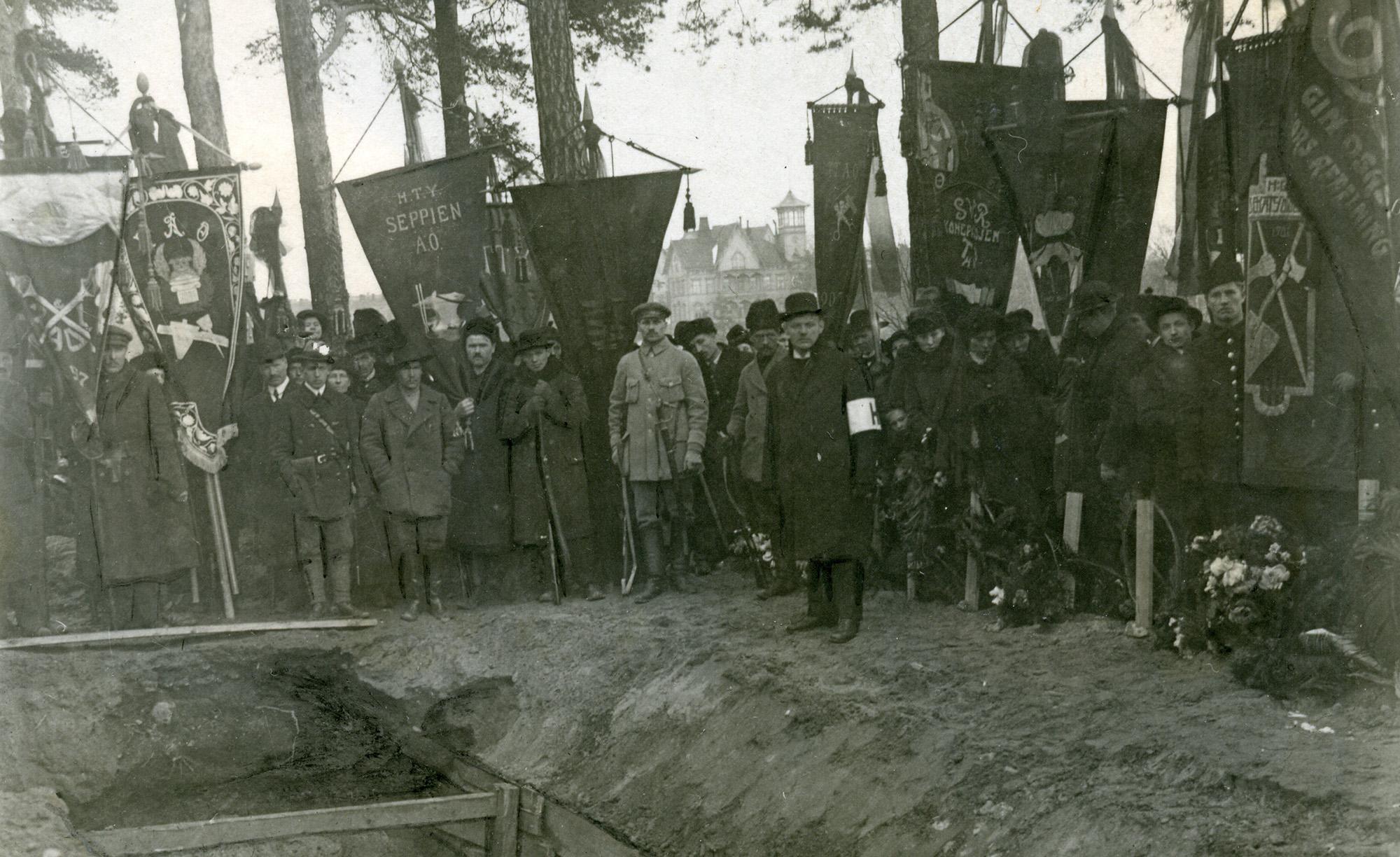 x 2 KUVA punakaartilaisen hautaus Mäntymäellä miehet ammattiyhdistylippuineen Helsinki 1918 KA 458_59img465_2000px