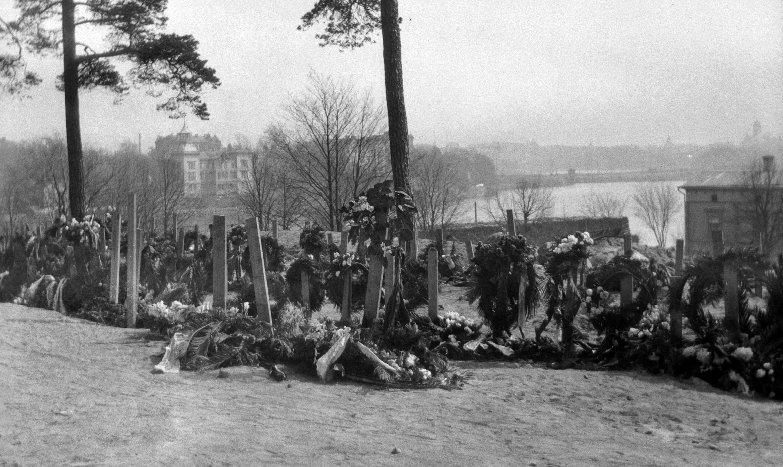 Helsingin valtaus 1918. Punakaartilaisten hautoja Mäntymäellä.